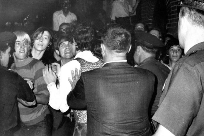 """Fotografía aparecida en la portada de The New York Daily News el 29 de junio de 1969. En ella aparecen los """"niños de la calle"""": jóvenes sin techo que fueron primeros en pelear con la policía en las inmediaciones del Stonewall Inn."""