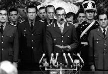 La junta militar argentina era un pacto entre las ramas de sus fuerzas armadas, lo cual generaba conflictos a la hora de tomar decisiones y una oportunidad a los más duros para sabotear las negociaciones y apostar por una escalada en busca de una solución de máximos.