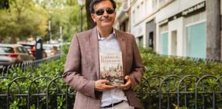 """José Soto Chica posa con su libro """"Imperios y Bárbaros: la Guerra en la Edad Oscura"""""""