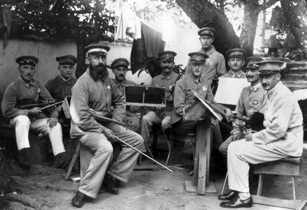 Orquesta formada por prisioneros alemanes en el campo de prisioneros de guerra de Bando, Japón (1917). Desconocido | Wikimedia