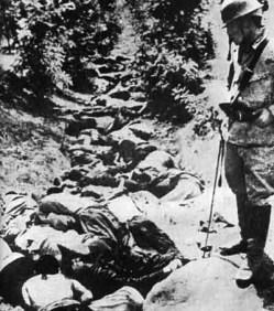 Cuerpos chinos masacrados en una zanja (s.f). Masacre de Nankín. Desconocido | Wikimedia
