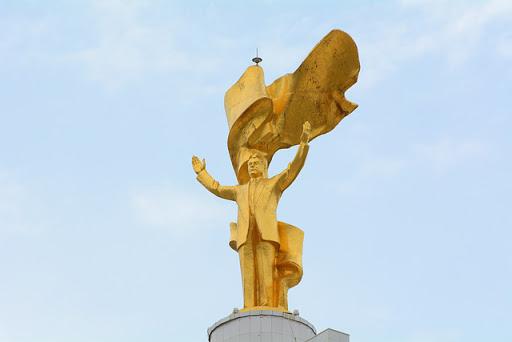 Estatua de oro de 12 metros de altura representando a Niyázov.