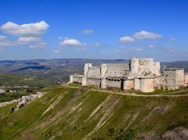 Krak des Chevaliers, se pueden apreciar las grandes murallas concéntricas, las torres de base circular y el terraplen existente en torno a las murallas. Creative Commons