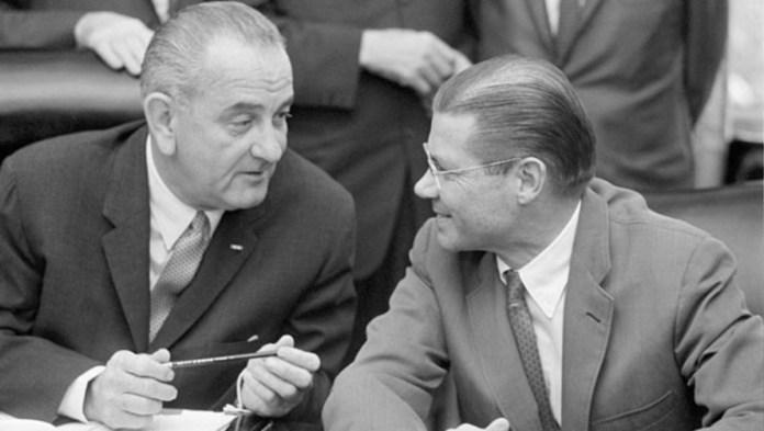 Lyndon B. Johnson, 37º presidente de los Estados Unidos de América (izquierda) y Robert S. McNamara (derecha), Secretario de Defensa y hombre fuerte del presidente. Fuente: History.