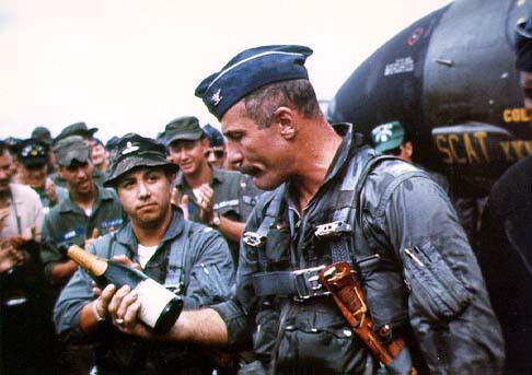 Robin Olds celebrando el éxito de la Operación Bolo. Olds es un veterano de la 2GM, Corea y al final de Vietnam obtendría un total de 17 derribos. Fuente: Medium.