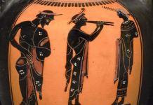 Cerámica de figuras negras en las que se enseña un certamen musical con un estudiante y los jueces. Periodo clásico.