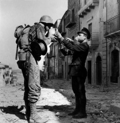 Un soldado estadounidense y un policía italiano en 1943. Robert Capa