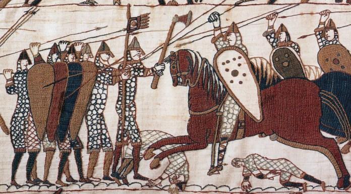 La caballería normanda carga contra la infantería anglosajona