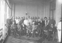 Fotografía que muestra al gobierno del sur de Rusia al completo. Los protagonistas aparecen repartidos en dos filas, una de pie y otra sentada delante. Wrangel sentado en el centro y M.Krivochein el segundo por la derecha, también sentado