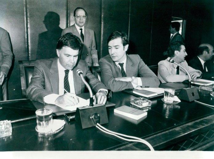 El presidente del Gobierno, Felipe González, preside la comisión del grupo parlamentario socialista, a su izquierda Juan José Laborda, portavoz del grupo socialista en el Senado.