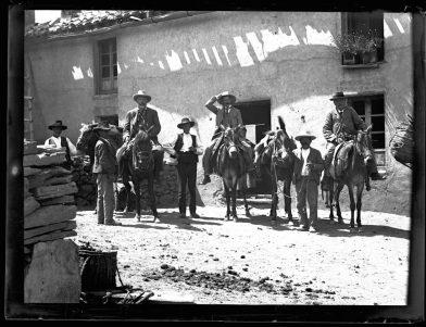 Gillman (centro) junto a dos inversores extranjeros en del distrito minero de Las Menas, Serón, Almería (c. 1897).