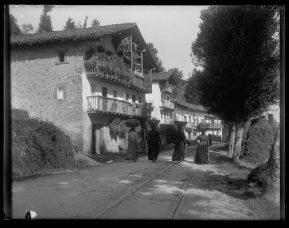 Mujeres en un camino cerca de Hondarribia, Guipúzcoa (1900)