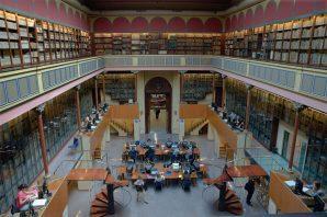 Sala de entrada a la Biblioteca de Letras. Los libros de las galerías pertenecen a la Biblioteca de Reserva. Biblioteca de Reserva UB.