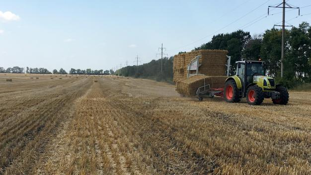 ARCUSINT-START-UP-UKRAINE-BALE-CHASER-AUTOSTACK-STACKER-4