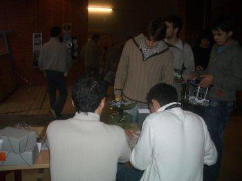 """Participantes y organización haciendo el """"control de peso"""""""