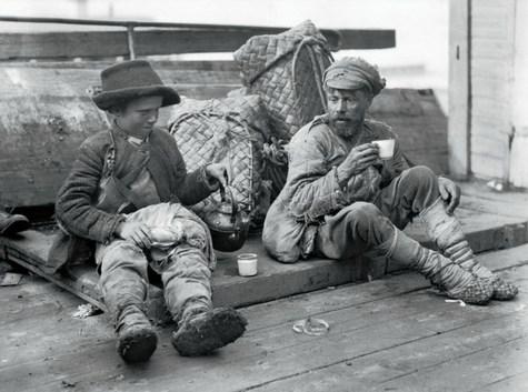 Знаменитый фотограф. «Была коптилка да свеча — теперь лампа Ильича». 95 лет назад. 2