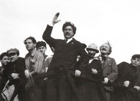 Знаменитый фотограф. «Была коптилка да свеча — теперь лампа Ильича». 95 лет назад. 23