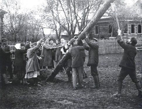 Знаменитый фотограф. «Была коптилка да свеча — теперь лампа Ильича». 95 лет назад. 34