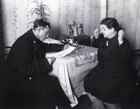 Знаменитый фотограф. «Была коптилка да свеча — теперь лампа Ильича». 95 лет назад. 46