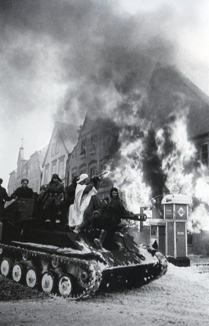 Знаменитый фотограф. «Была коптилка да свеча — теперь лампа Ильича». 95 лет назад. 94