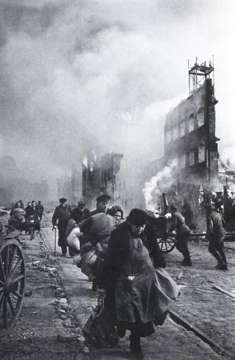 Знаменитый фотограф. «Была коптилка да свеча — теперь лампа Ильича». 95 лет назад. 97