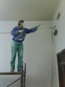 Un socio de AREMAF limpia las paredes de polvo preparándolas para pintar