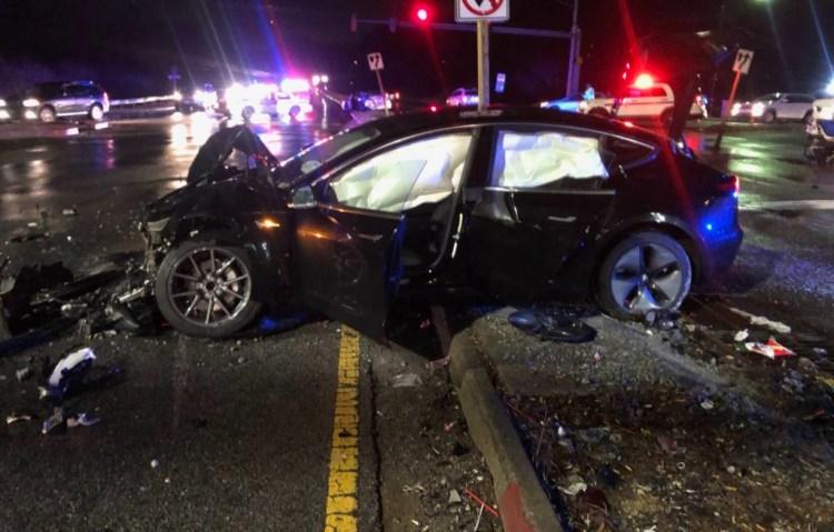 Accident cu Tesla Model 3 la 100km/h - soferul a iesit singur din masina