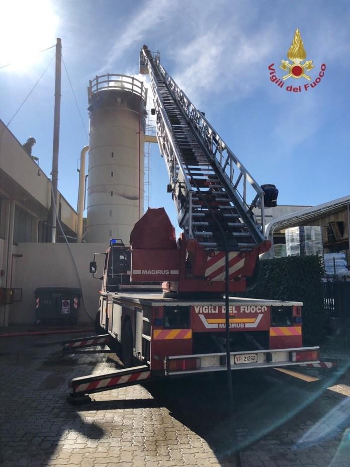 Arezzo prende fuoco silos di una fabbrica di arredamento for Arredamento arezzo