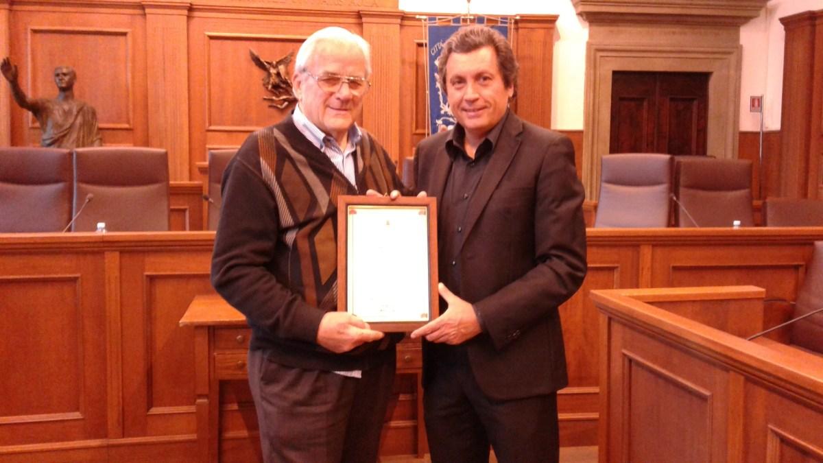 Consegnata pergamena-ricordo a Silvio Baldetti per gli oltre 50 anni di attività a Castiglion Fiorentino