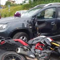 Scontro auto-moto a Scarpaccia grave il motociclista