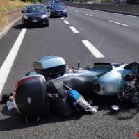 Incidente in A1, centauro perde il controllo della sua moto e sbatte nel new jersey