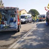 Scontro tra pulmino e auto cinque le persone ferite