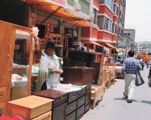El Alto. Venta de muebles en la Feria 16 de Julio, en la zona norte de esa urbe.