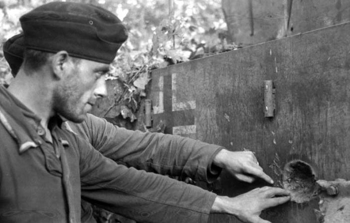"""Soviet-Union during Operation """"Zitadelle"""" a Tiger I received a hit."""