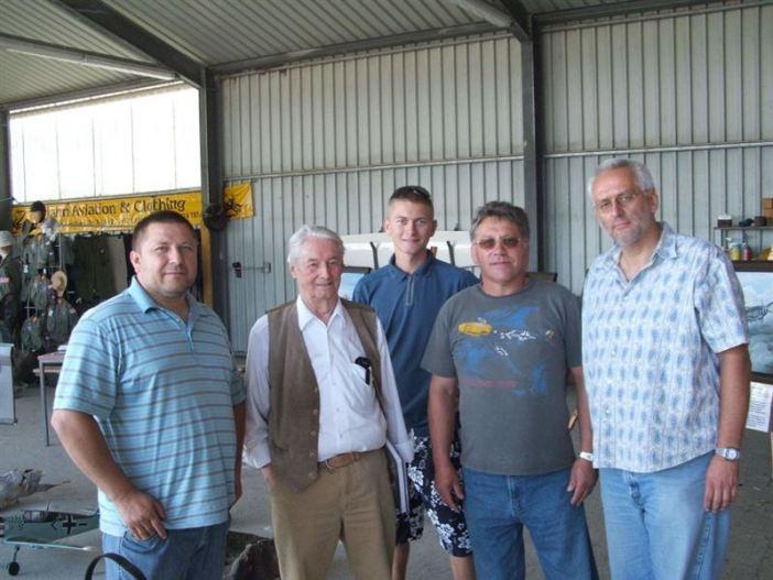 Walter Schuck (second from left) visits a presentation of Arbeitsgruppe Vermisstenforschung - Uwe Benkel (right) (Credits: Uwe Benkel / Arbeitsgruppe Vermisstenforschung)