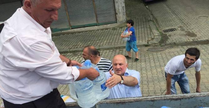 CHP'li Vekil Afet Bölgesi Arhavi ve Hopa'da İçme Suyu Dağıttı
