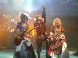 Teru, Kamijo and Hizaki, Versailles ~Philharmonic Quintet~ in Santiago, Chile, Teatro Teletón. METHOD OF INHERITANCE TOUR (June 6, 2010). Crédits: Pierrot de Lioncourt カバー!!!カバー!!!. Source: Wikimedia.