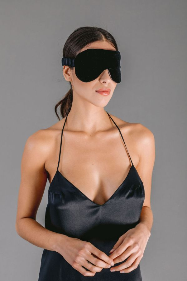 Eye mask in black velvet and black satin