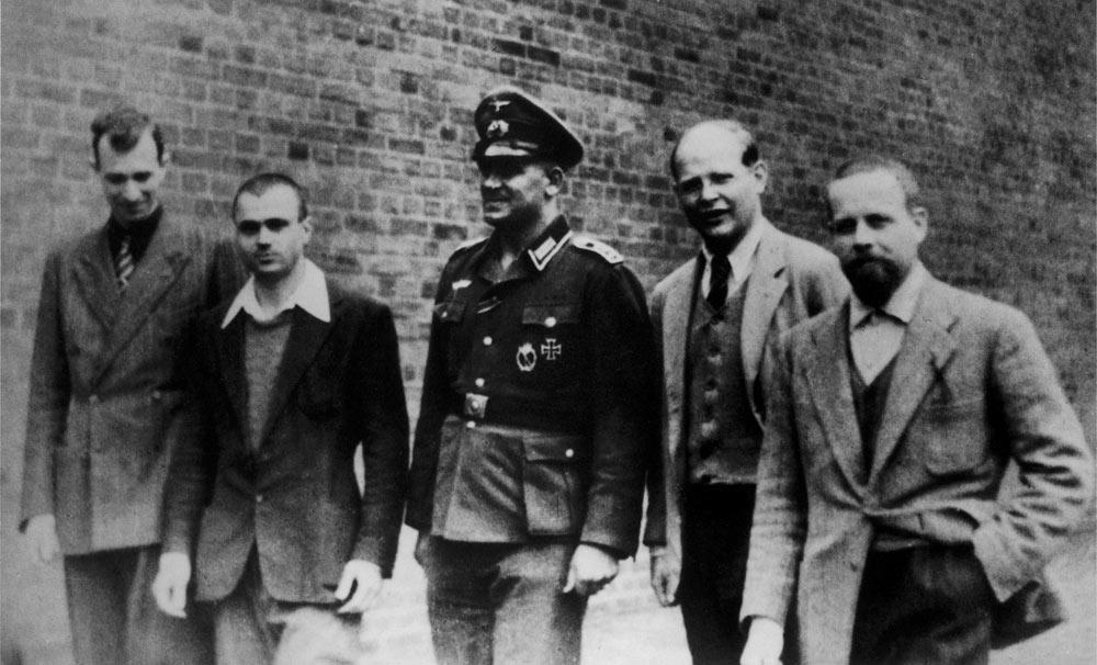 Nel cortile del campo di detenzione Wehrmacht di Berlino-Tegel, insieme con ufficiali dell'Aeronautica Militare Italiana anch'essi prigionieri, all'inizio dell'estate del 1944.