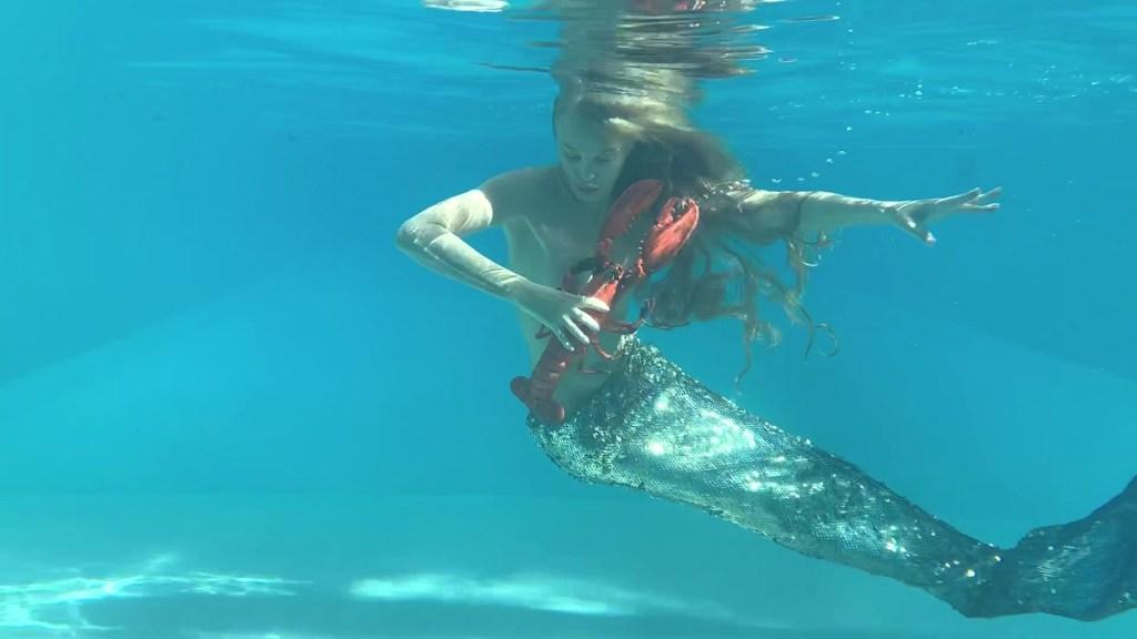 Arielle Dombasle en sirènr pour la campagne #PickUpThePlastic