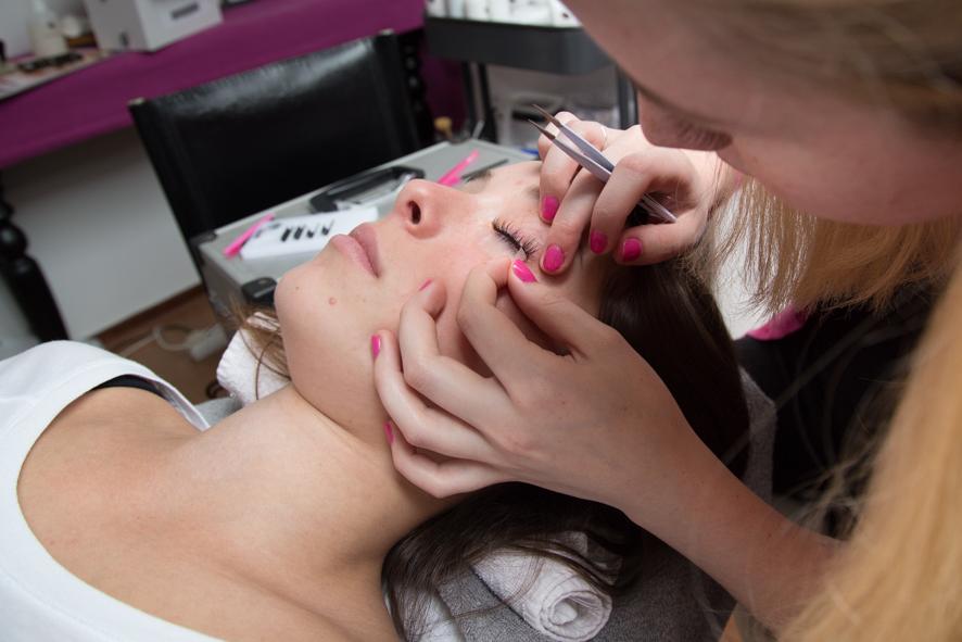 fotografie vrouw bedrijfsfotografie reportage wimperextensions wimpers ogen afplakken schoonheidssalon