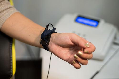 Sensor, welcher auf das Handgelenk befestigt wird.