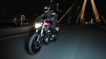 2014-Yamaha-MT125-EU-Anodized-Red-Action-001