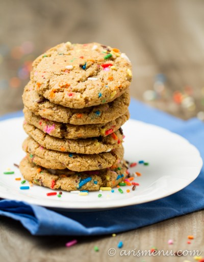 Browned Butter Funfetti Cookies: Crunchy on the outside, soft and chewy on the inside bakery-style cookies with fluffy cream cheese frosting