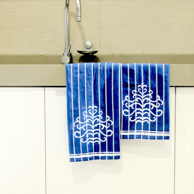 How To Make Pretty DIY Kitchen Towels With Stencils • One