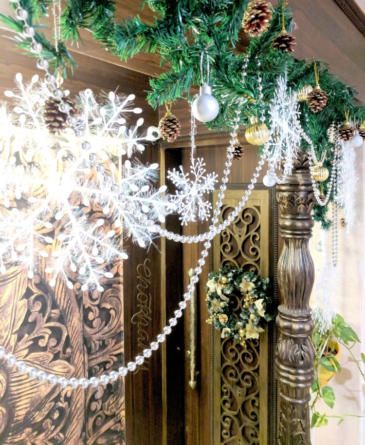 How To Decorate A Christmas Garland