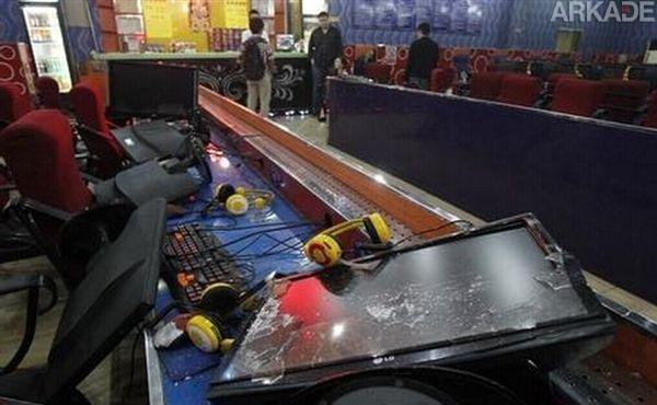 """Tribuna Arkade: pai furioso destrói PCs de cyber café por conta de """"vício"""" em games do filho"""