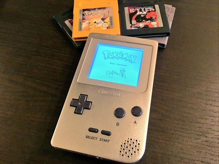 """A Hyperkin ataca de novo e vai """"relançar"""" o Game Boy, com luz interna e tudo!"""