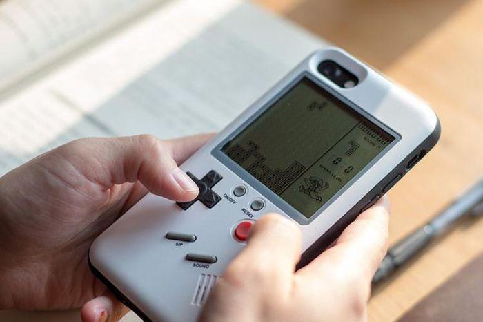Este case de iPhone te leva de volta aos tempos de Game Boy e dos minigames 999 in 1