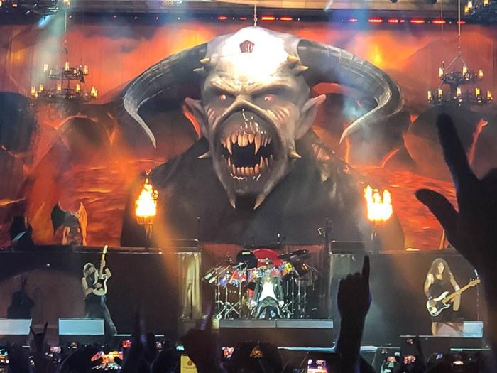 """Iron Maiden leva o seu """"teatro do metal"""" em show poderoso em São Paulo"""